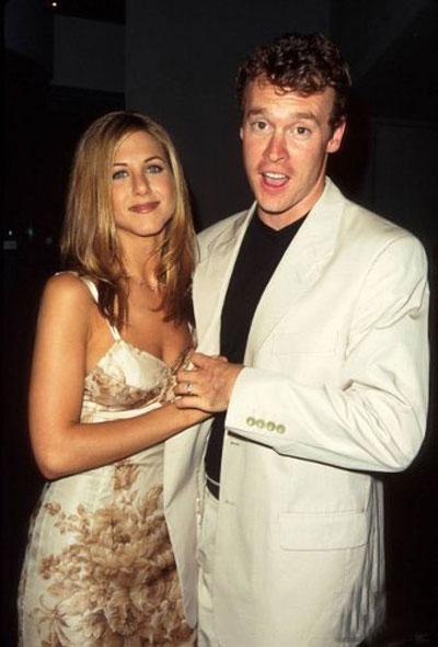 В 1996 году на горизонте Дженнифер появился молодой и перспективный актер Тейт Донован, сыгравший в сериале «Одинокие сердца». Они встречались три года и даже были помолвлены. Энистон называла Тейта «настоящим романтиком». Но, видимо, он оказался слишком сентиментальным и нерешительным.